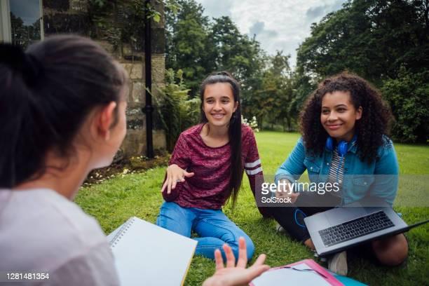 fazendo trabalho escolar ao ar livre - girl power provérbio em inglês - fotografias e filmes do acervo