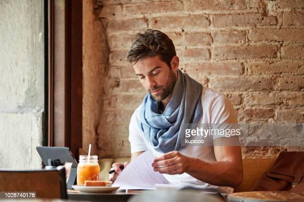 彼のお気に入りのカフェでいくつかの事務処理を行う