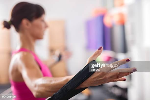 fazendo alongamentos na máquina de pilates. - reformista - fotografias e filmes do acervo