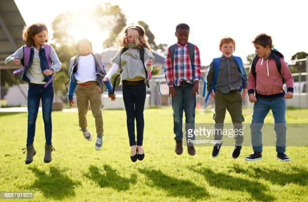 Haciendo lo que los niños hacen mejor, saltando para la alegría