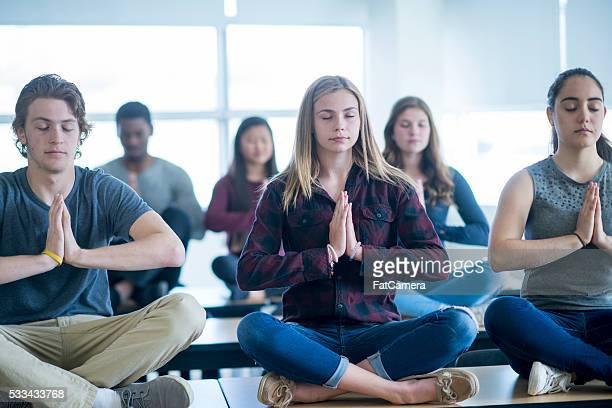 Haciendo Yoga y la meditación en clase