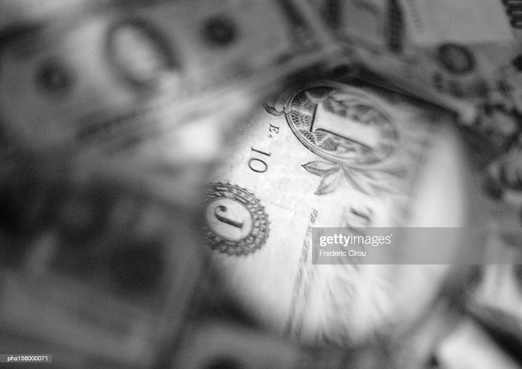Dollar bill, seen through magnifying glass, close-up, b&w. : Stockfoto