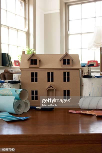 Puppen Haus umgeben von Farbe und Tapeten