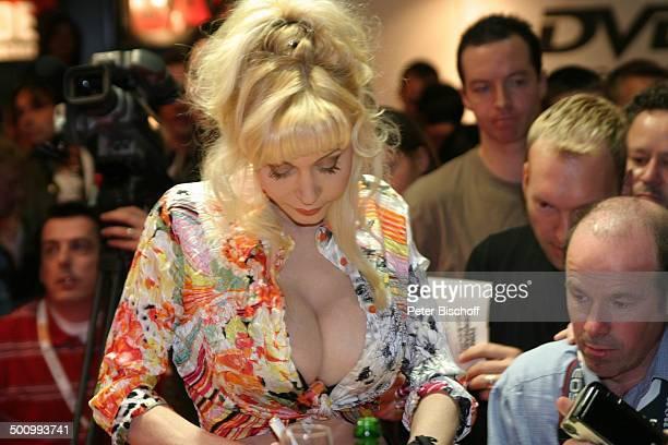 Dolly Buster Fans Publikum VenusMesse 2003 Berlin Deutschland Europa Dekollete sexy PornoFilmDarstellerin Schauspielerin Geburtsname Katja...