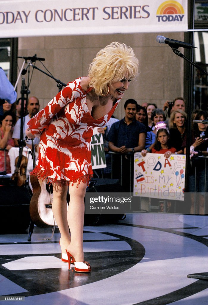 """Dolly Parton Performs on """"The Today Show"""" Summer Concert Series - July 5, 2002 : Nachrichtenfoto"""