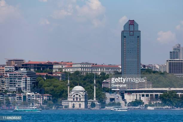 mesquita de dolmabahçe e a plaza de süzer em istambul - gwengoat - fotografias e filmes do acervo