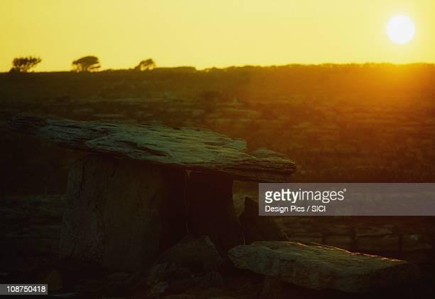 dolmen poulnabrone, the burren, co clare, - poulnabrone dolmen photos et images de collection