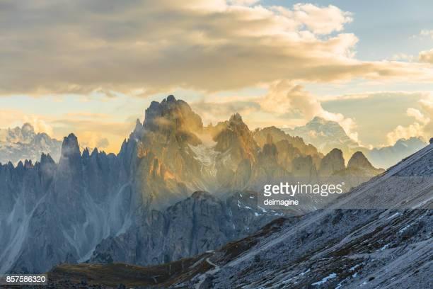 berglandschaft der dolomiten - dolomiten stock-fotos und bilder