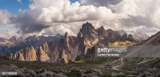 dolomites mountain range - トレチーメディラバレード ストックフォトと画像