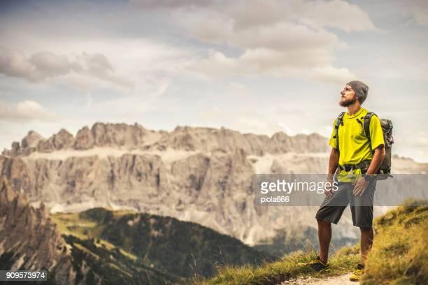 ドロミテ風景ビュー: 男はハイキング