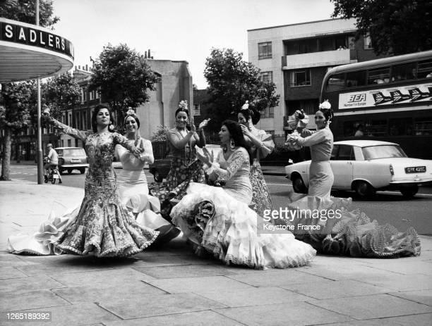 Dolores Amaya et les membres de la troupe 'Fiesta Gitana' improvisent un numéro de flamenco en pleine rue devant le théâtre de Sadler's Wells le 18...
