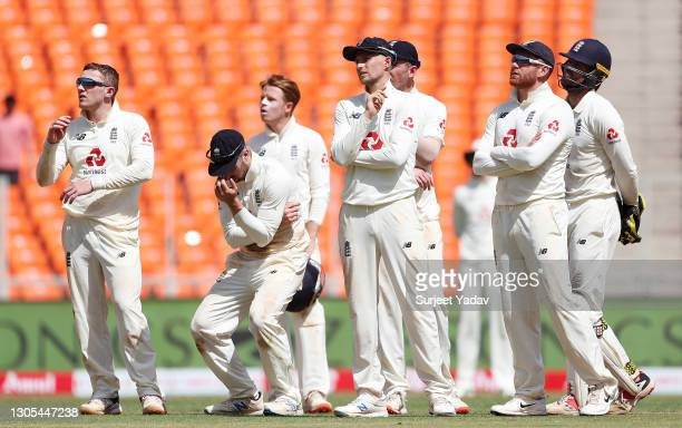 Dom Bess, Jack Leach, Ollie Pope, Joe Root, Jonny Bairstow and Ben Foakes of England react to the unsuccessful review for the wicket of Rishabh Pant...