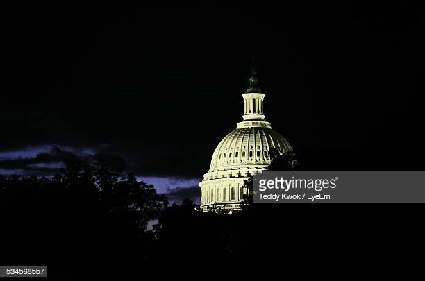 dome of capitol building during night against sky - capitólio capitol hill - fotografias e filmes do acervo