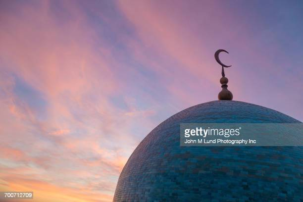dome of mosque at dusk - moschee stock-fotos und bilder