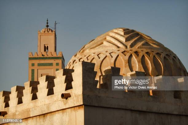 dome of the almoravid koubba and minaret of the mosque of ben youssef in marrakech, morocco - victor ovies fotografías e imágenes de stock