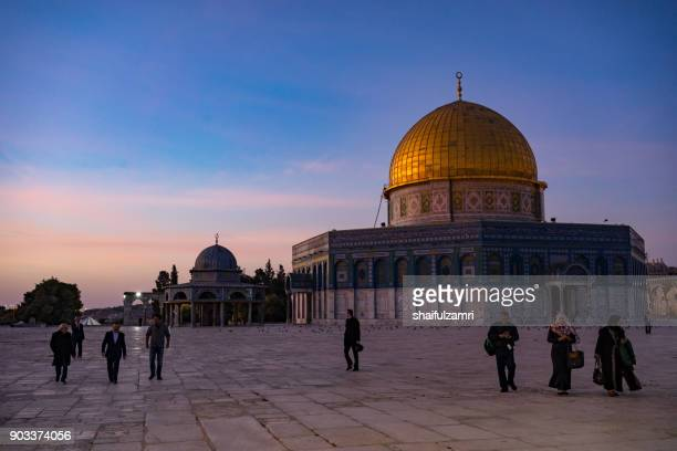 """dome of the rock islamic mosque temple mount, jerusalem. built in 691, where prophet mohamed ascended to heaven on an angel in his """"night journey"""". - shaifulzamri bildbanksfoton och bilder"""