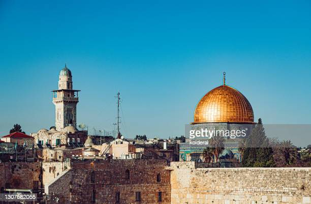 dome of the rock mosque and western wall in jerusalem - イスラエルパレスチナ問題 ストックフォトと画像