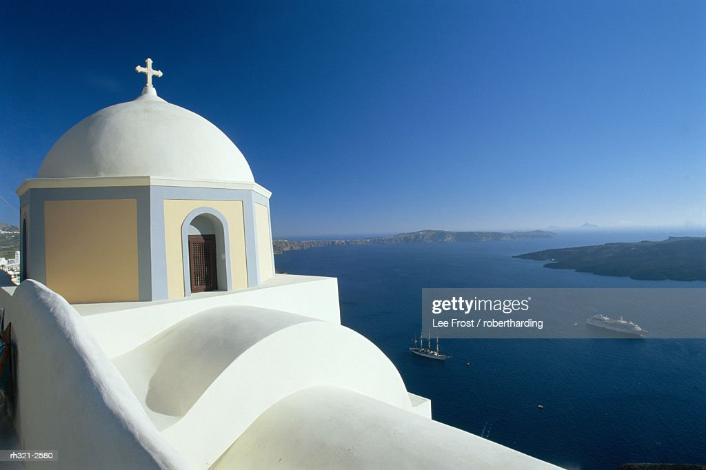 Domed church and view out to sea, Fira, Santorini, Greece : Stockfoto