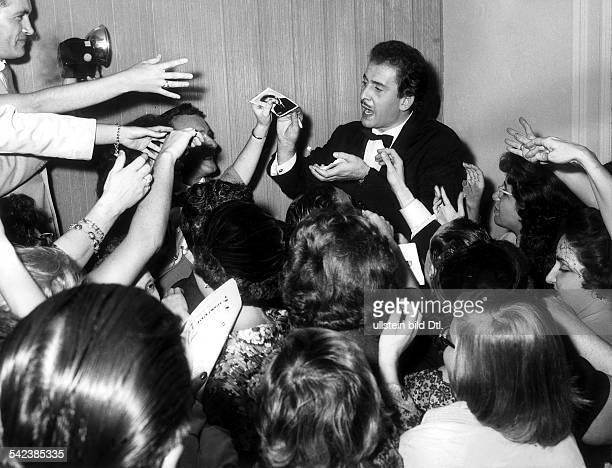 Domenico ModugnoSchlagersänger Imit Autogrammjägern in New York nach einemAuftritt in der Carnegie HallSeptember 1958