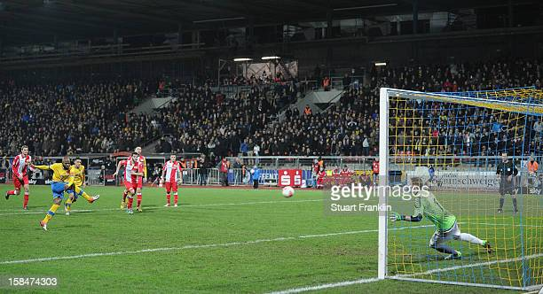 Domi Kumbela of Braunschweig scores his second goal during the Second Bundesliga match between Eintracht Braunschweig and1 FC Union Berlin at the...