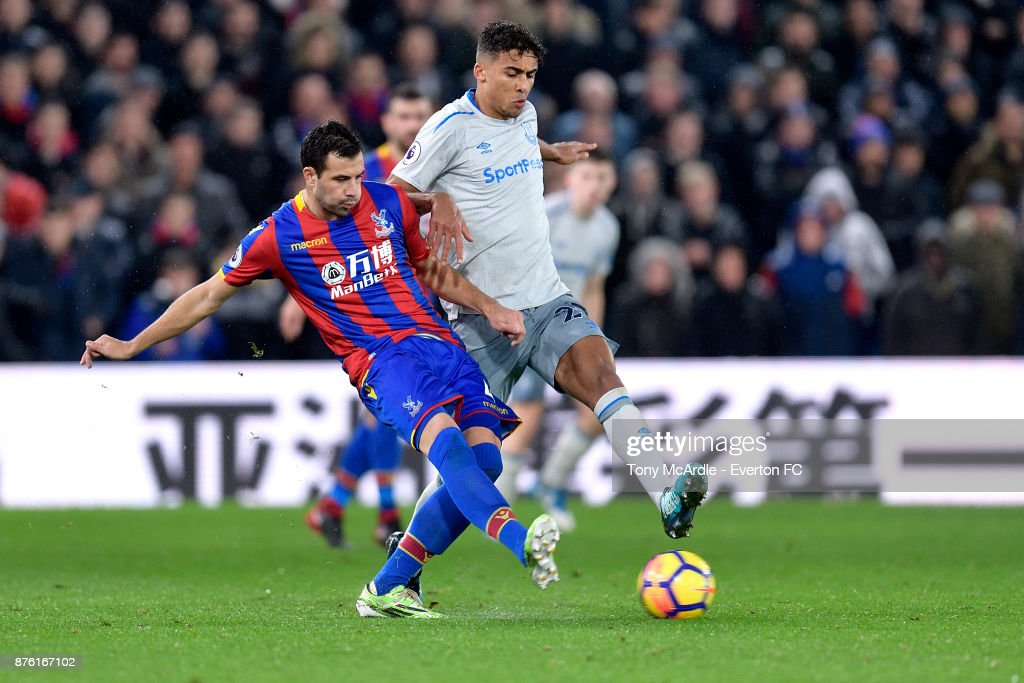 Dominic Calvert-Lewin of Everton (R) and Luka Milivojevic challenge for the ball during the Premier League match between Crystal Palace and Everton at the Selhurst Park on November 18, 2017 in London, England.