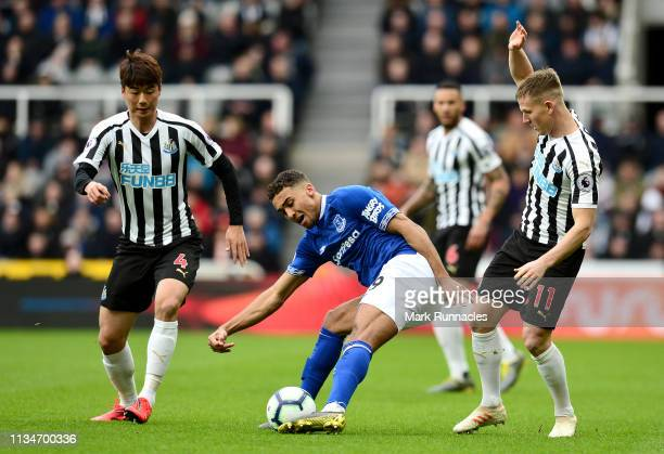 Dominic CalvertLewin of Everton battles for possession with Matt Ritchie and nu4during the Premier League match between Newcastle United and Everton...