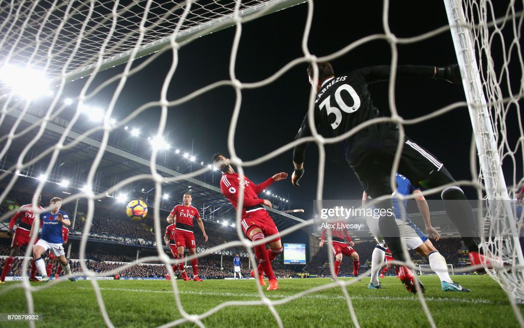 Dominic Calvert-Lewin of Everton (obscire) scores his sides second goal during the Premier League match between Everton and Watford at Goodison Park on November 5, 2017 in Liverpool, England.