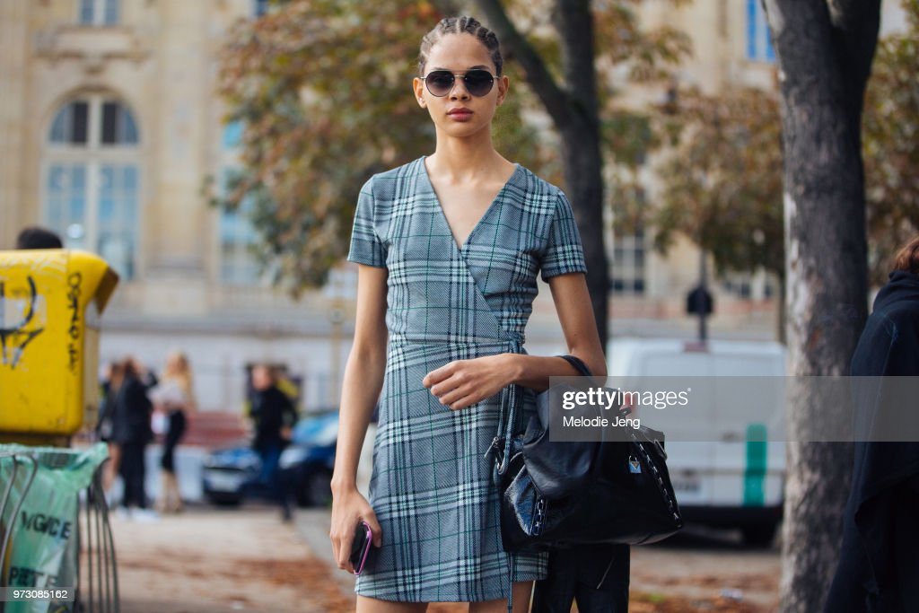 Street Style : Paris Fashion Week Womenswear Spring/Summer 2018 : Day Eight : News Photo