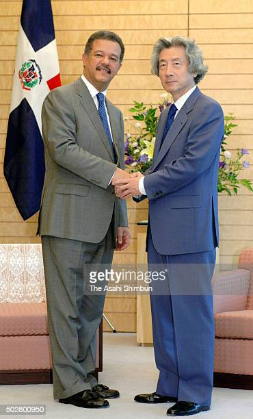 Dominican Republic President Leonel Fernandez and Japanese Prime Minister Junichiro Koizumi shake hands during their meeting at Koizumi's official...