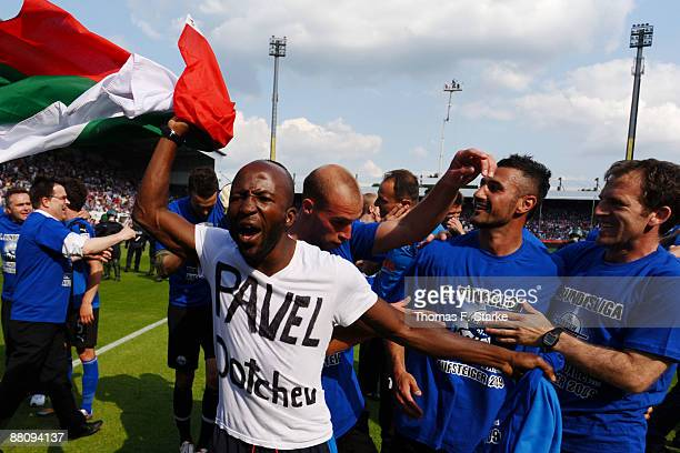 Dominick Kumbela of Paderborn shows a shirt with the name of Paderborn's excoach Pavel Dotchev after the Second Bundesliga Play Off match between VfL...