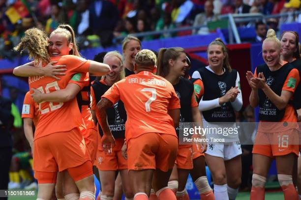 Dominique Bloodworth of Netherlands celebrates her first goal with her teammates during the 2019 FIFA Women's World Cup France group E match between...