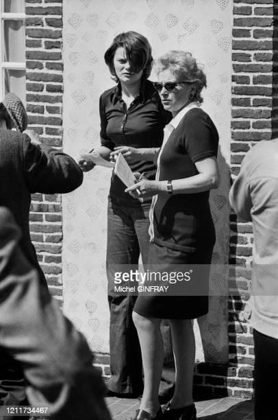 Dominique Fournier et sa fille Valérie Moncorgé, femme et fille de Jean Gabin, lors de la vente des chevaux de l'acteur dans la propriété de Bonnefoi...