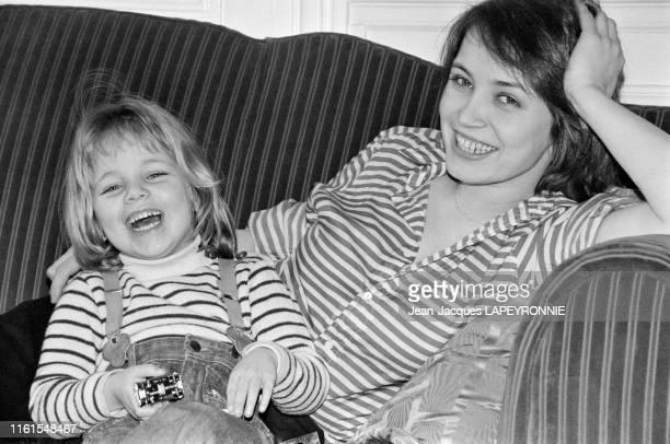 Dominique Laffin et sa fille Clémentine Autain à Paris en France en février 1978