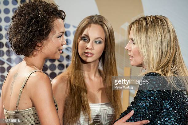 Dominique Miller Kasia Lenhard and Heidi Klum talk during the Germany's Next Topmodel Finalists Photocall at the LanxessArena on June 04 2012 in...