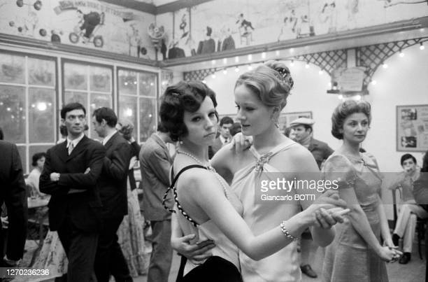 Dominique Sanda et Stefania Sandrelli dans le film 'Le Conformiste' réalisé par Bernardo Bertolucci à Paris en décembre 1969, France