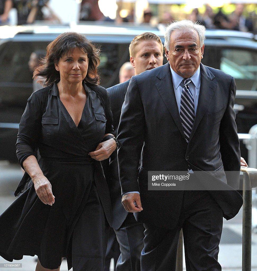 Dominique Strauss-Kahn and Anne Sinclair arrive at Manhattan Criminal...  Nachrichtenfoto - Getty Images