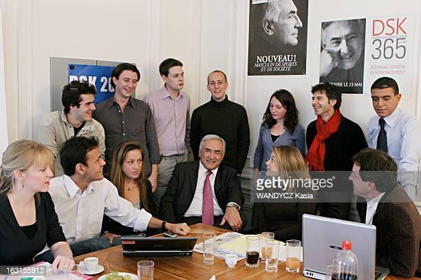 Dominique StraussKahn And His Team Of Campaign Attitude souriante de Dominique STRAUSSKAHN posant avec sa jeune équipe de campagne dans son Qg de la...