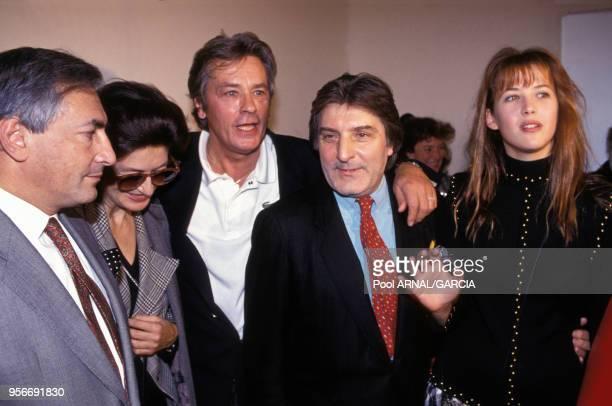 Dominique StraussKahn Anouk Aimée Alain Delon et Sophie Marceau entourent le couturier Emanuel Ungaro lors des défilés Prêtàporter PrintempsEté 1993...