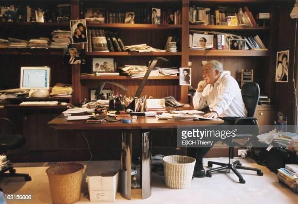Dominique StraussKahn At Home Attitude de Dominique STRAUSSKAHN de profil l'air songeur assis à son bureau chez lui à PARIS décoré de photos de...