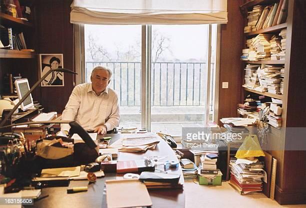 Dominique StraussKahn At Home Plan de face souriant de Dominique STRAUSSKAHN assis à son bureau chez lui à PARIS lors des derniers préparatifs de son...