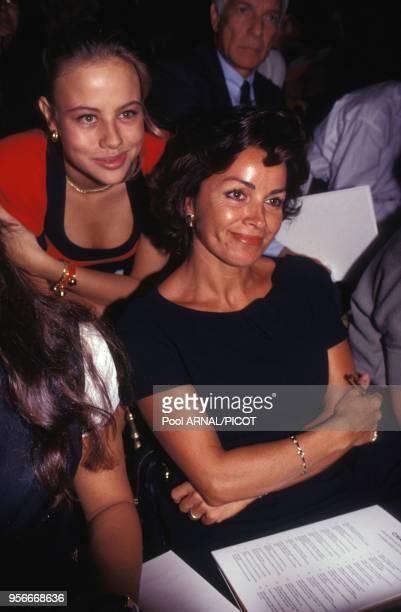 Dominique Tapie et sa fille lors du défilé haute couture de Chanel en juillet 1992 à Paris France