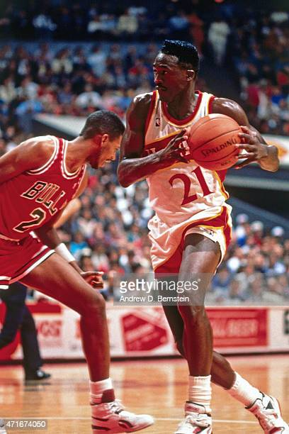 Dominique Wilkins of the Atlanta Hawks drives against the Chicago Bulls circa 1989 in Atlanta Georgia NOTE TO USER User expressly acknowledges and...