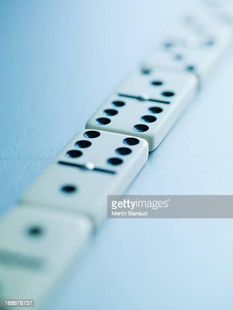 Domino Leg dich in einer Reihe