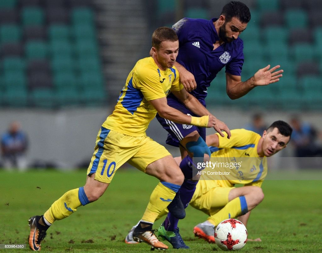 Domzale's Jan Repas (R) vies with Marseille's Adil Rami during the UEFA Europa League playoff round football match NK Domzale vs Olympique Marseille in Ljubljana on August 17, 2017. / AFP PHOTO / Borut Zivulovic