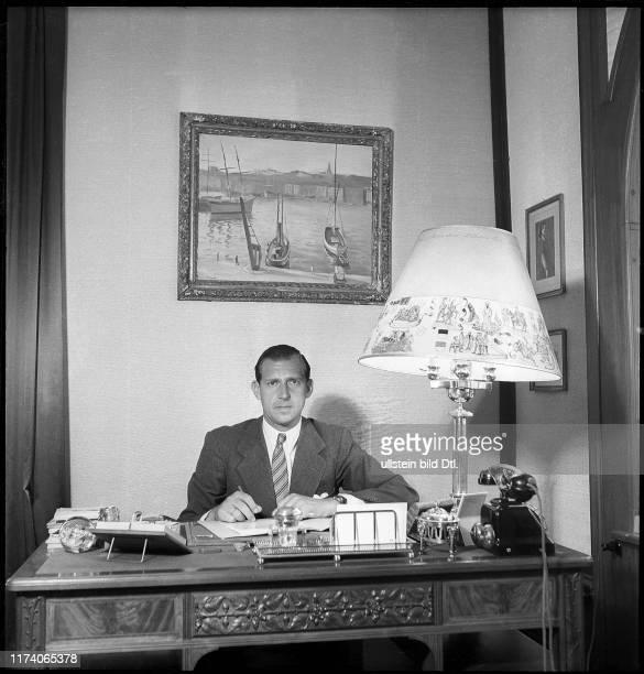 Don Juan Graf von Barcelona in seinem Büro um 1947