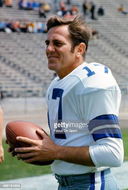 Don Meredith of the Dallas Cowboys warms up during pregame warm ups prior to the start of an NFL football game circa 1967 Meredith played for the...