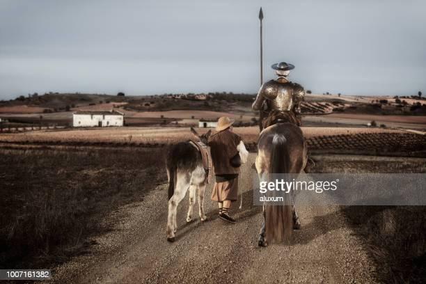 ラ ・ マンチャ スペインでフィールドを駆け抜け、ドンキホーテとサンチョ パンサ - カスティーリャレオン ストックフォトと画像