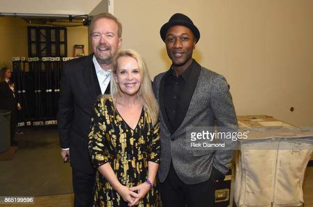 Don Schlitz Mary Chapin Carpenter and Aloe Blacc backstage at the Country Music Hall of Fame and Museum Medallion Ceremony to celebrate 2017 hall of...