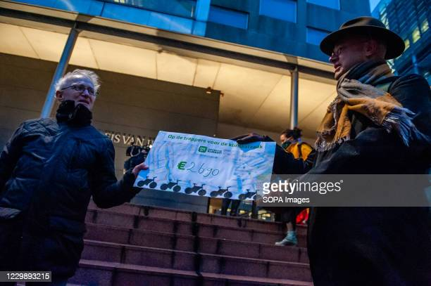 Donald Pols director of Milieudefensie receives a donation check to cover the legal costs. Starting Tuesday 1 December, Milieudefensie will face...