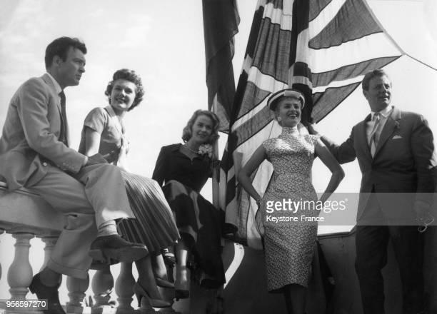 Donald Sinden Susan Beaumont Julia Arnall Belinda Lee et Tony Wright sur la terrasse de le'Hôtel Carlton lors du Festival international du film à...